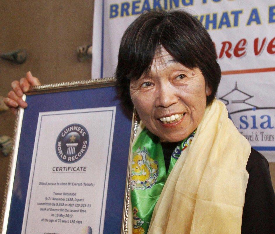 O femeie în vârstă de 73 ani a doborât un nou record pe Everest O femeie în vârstă de 73 ani a doborât un nou record pe Everest desc  rcare Copy