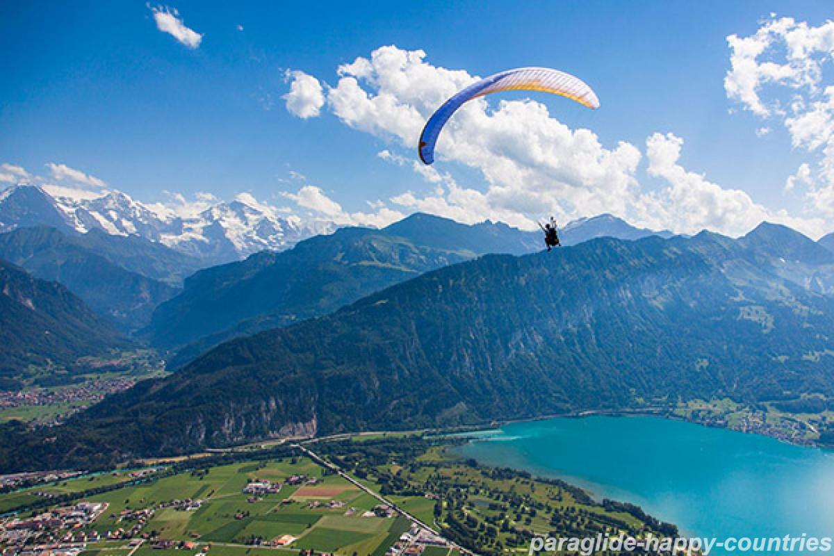 Drumetiile: intre pasiune si jobul de vis Drumetiile: intre pasiune si jobul de vis paraglide